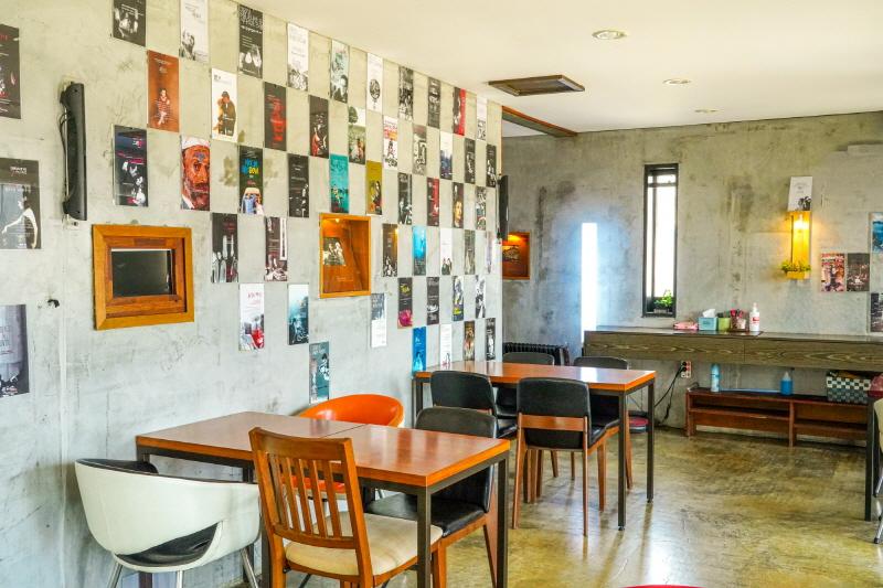 2층 카페 벽면에 붙여진 수많은 영화 포스터