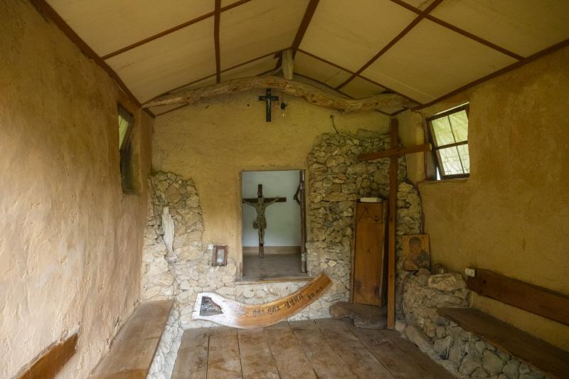 주민들이 손수 흙을 날라 만든 기도실